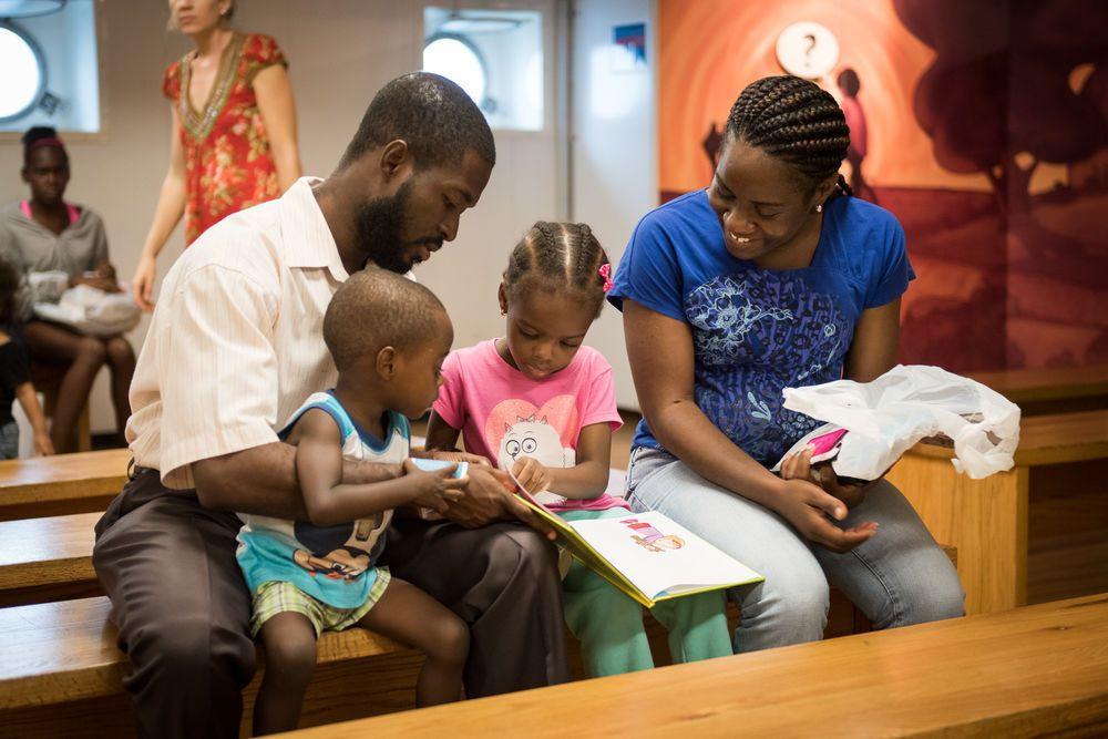 Família lendo livro comprado na livraria do navio