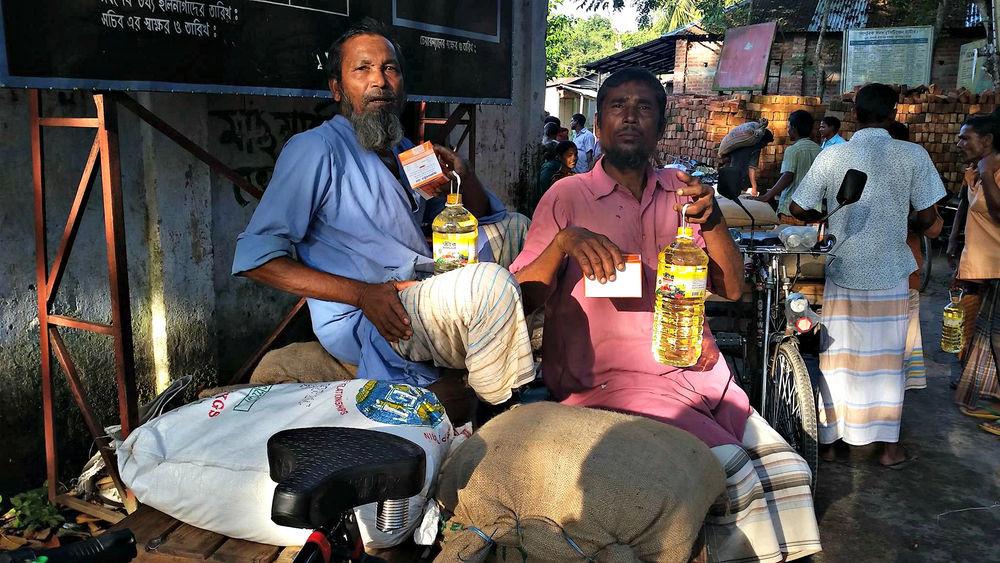 Distribuição de alimentos e medicamentos de emergência para as famílias afetadas pelas inundações em Bangladesh.