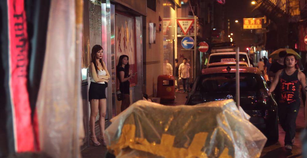 Em Hong Kong, uma mulher compartilha sua história com uma equipe de OM, contando-lhes sobre seu trabalho como uma profissional do sexo.