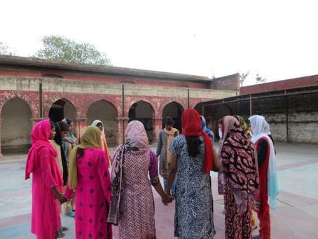 Duas curiosas meninas muçulmanas