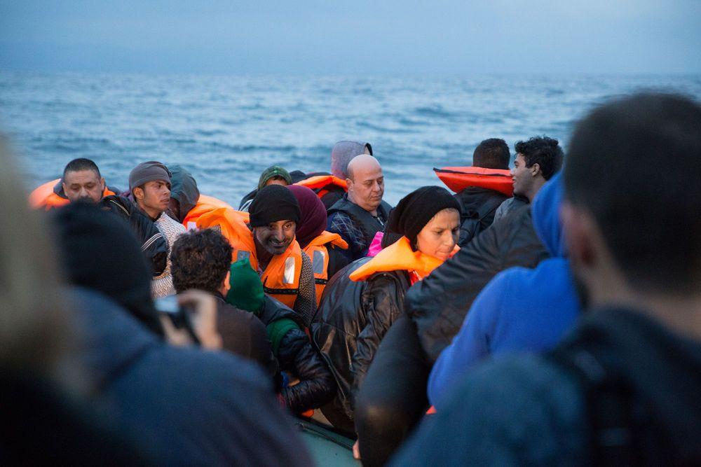 Refugiados embarcando para a Grécia através da Turquia