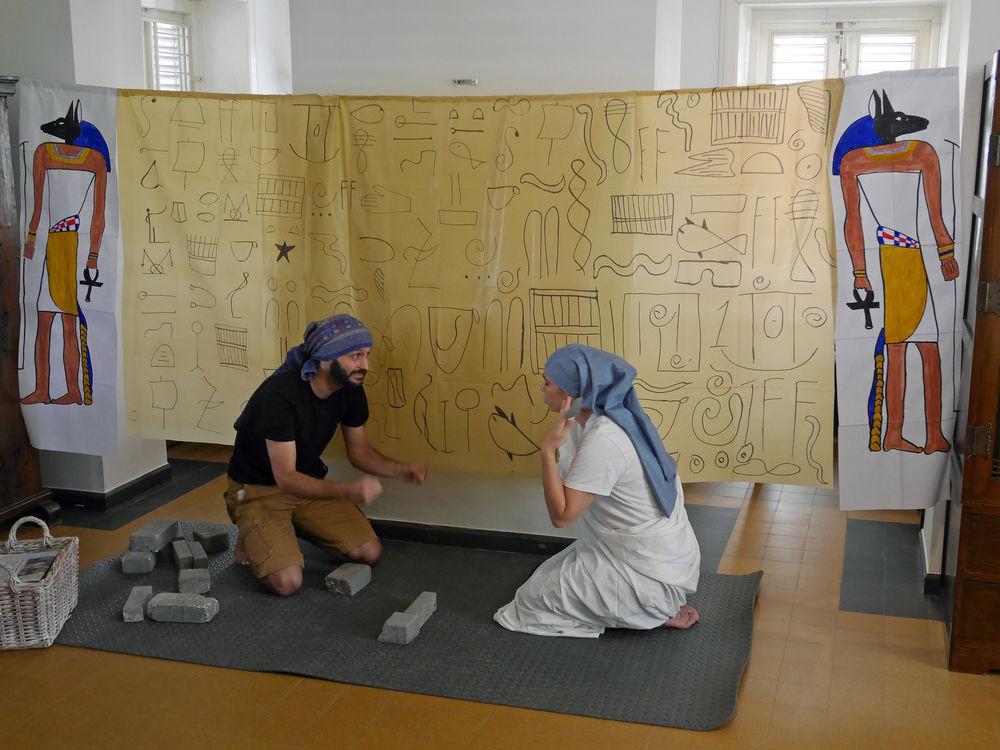 Willemstad, Curaçao :: Greg e Anne Pelletey (França) atuam como israelitas forçados a fazer tijolos em uma apresentação para crianças em um clube pós-escola.