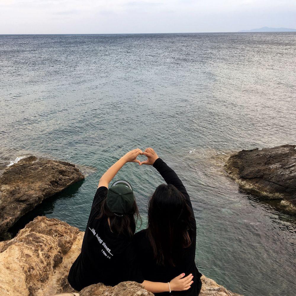 Membro da equipe OM Grécia com um refugiado, compartilhando vida, compartilhando amor e compartilhando a Palavra de Deus.