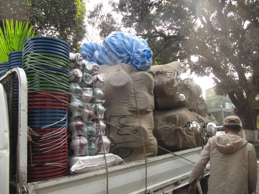 Caminhão entregando cestas básicas