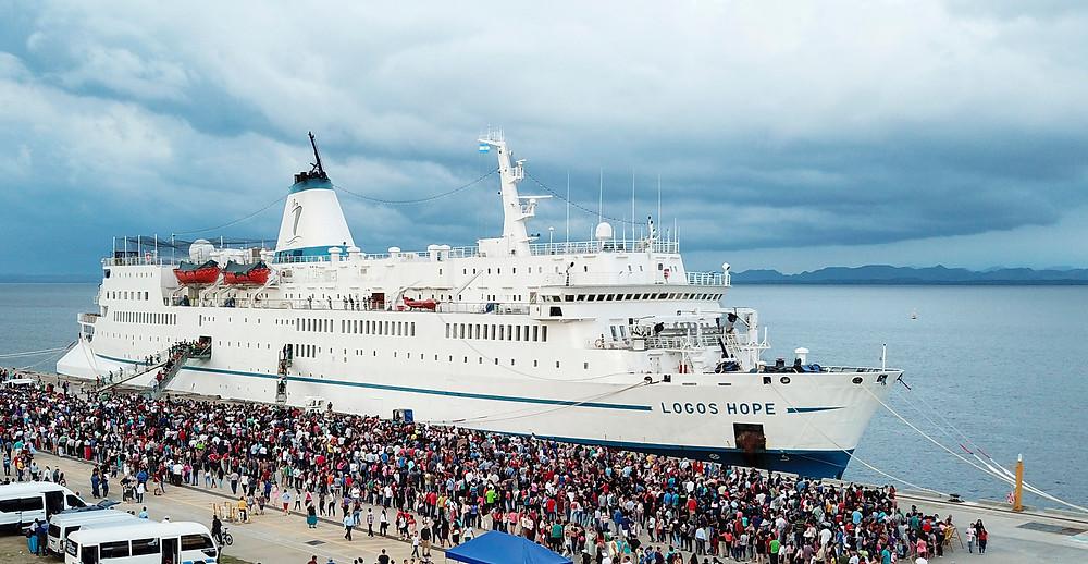 Multidões de visitantes aguardam para visitar o Logos Hope em La Unión, El Salvador, Out 2018.