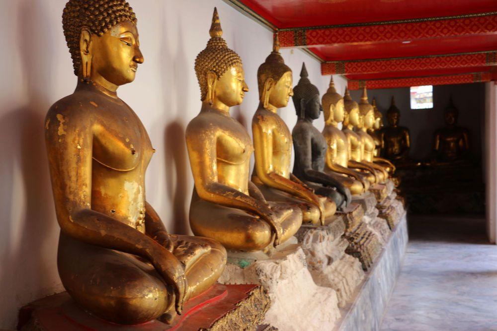 Fila de budas em um templo na Tailândia