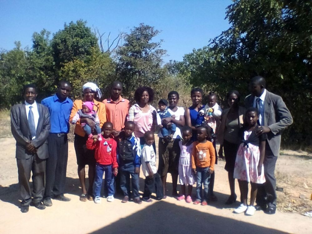 Membros de uma nova igreja plantada em Domboshava
