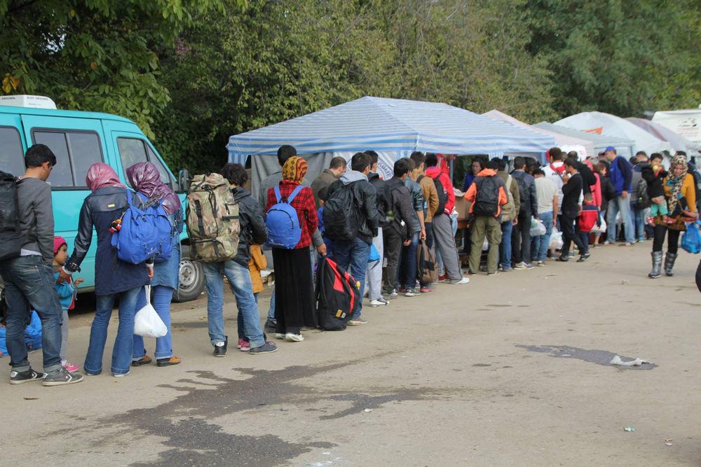 Refugiados em fila na Sérvia. Foto por OM Internacional.