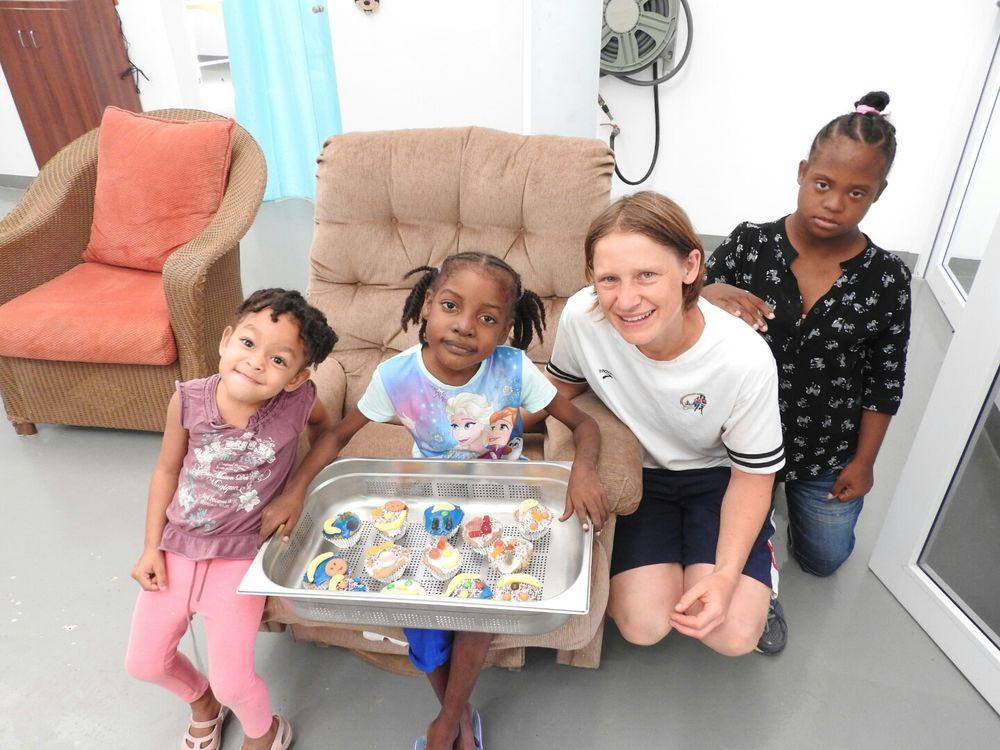 Willemstad, Curaçao :: Borgi Bareiss (Alemanha) e suas novas amigas no Centro Siloam para crianças enfermas.
