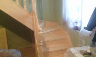 Лестница с поворотом на 90 градусов. Материал - сосна. Под самостоятельное покрытие. Стоимость с уст
