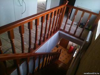 Лестница прямая на косоуре Балясины 60 мм Материал - лиственница. Цвет - Красный махагон Стоимость с