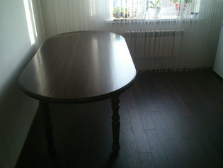 Стол из лиственницы размером 1х2 метра. Цвет темный орех. Стоимость 15 000 рублей.