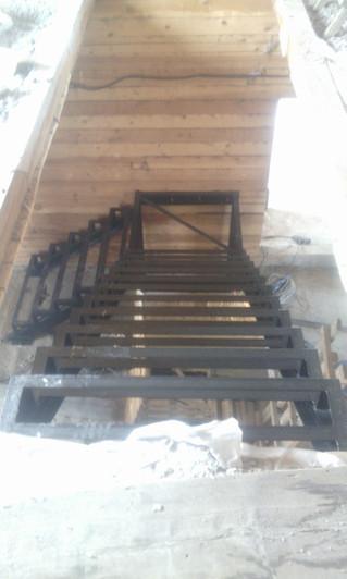 Металлокаркас лестницы под обшивку деревом, с цоколя по 2-й этаж. Стоимость с установкой, покраской