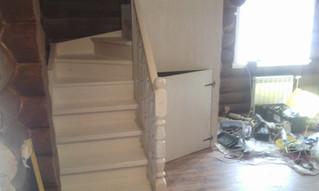 Лестница с забежными ступенями на тетивах. Материал - сосна, покрытие в белый цвет. Стоимость 110 00