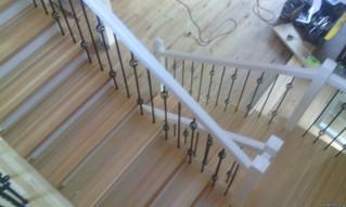 Лестница на косоурах с площадкой, коваными балясинами, комбинированной тонировкой, детским ограждени