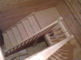 Лестница с разворотом на 180 градусов, площадкой, прямыми балясинами. С использованием материала зак