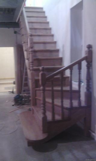 Лестница с поворотом на 90 градусов. Материал сосна + ступени лиственница. Цвет покрытия антик Стоим