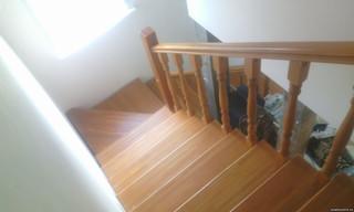 Лестница на косоуре без подступенков с поворотом на 90 градусов. Материал - сосна/лиственница. Цвет
