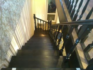 Лестница с поворотом на 90 градусов на косоурах с забежными ступенями. Материал - сосна + ступени ли