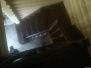 Лестница с поворотом на 180 градусов забежными ступенями и площадкой. Материал - сосна. Цвет - орех.