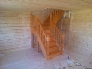 Лестница с забежными ступенями на 90 градусов, детским заграждением, тонировкой и лакировкой. Матери