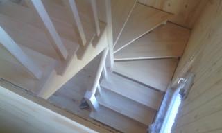 Воздушная лестница с разворотом на 180 градусов на косоурах с забежными ступенями. Материал - сосна.