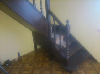 Лестница на тетивах с поворотом на 90 градусов угловыми ступенями. Материал - дуб. Стоимость с устан