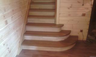 Лестница на тетивах с поворотом на 180 градусов, пригласительными ступенями. Материал - Дуб. Покрыти