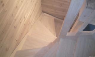 Лестница с поворотом на 180 градусов забежными ступенями Материал - сосна. Под самостоятельное покры