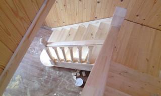 Лестница с площадкой и пригласительными ступенями. Материал - сосна. Под самостоятельное покрытие. С