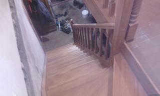 Лестница с верхним поворотом на 90 градусов Материал - сосна + ступени лиственница. Зашивка подлестн