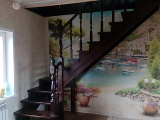Лестница на косоурах с забежнымиступенями, материал лиственница, стоимость 180 000 рублей