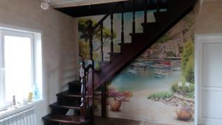 Лестница на косоурах сзабежными ступеньками. Материал - сосна, ступени лиственница. Стоимость с уста