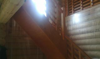 Лестница на тетивах с поворотом на 90 градусов. Реечное ограждение. Материал - сосна. Цвет - груша.