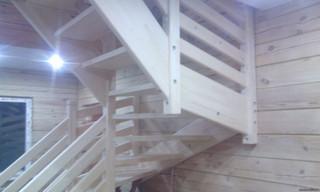 Лестница на тетивах без подступенков с забежными ступенями на 180 градусов. Дощатые ограждения, детс