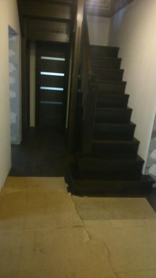 Лестница на косоурах с двумя площадками, фрезерованными балясинами, пригласительными ступеньками, об