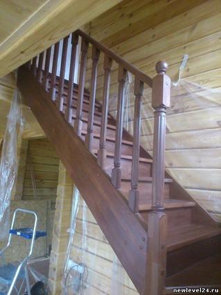 Лестница с поворотом на 90 градусов. Материал - Бук. Цвет покрытия - орех. Стоимость с установкой, т