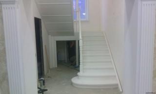 Лестница с разворотом на 180 градусов с площадкой и пригласительными ступенями. Материал - сосна. По