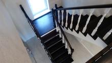 Лестница на косоурах с площадкой. Материал - Бук, покрытие в 2 цвета. Стоимость с установкой 150 000