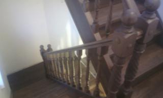 Лестница с 1 по 3 этаж на тетивах. Подшивка щитом тыла маршей и площадок. Материал - сосна. Цвет тон
