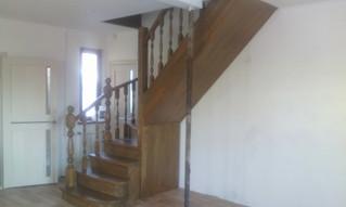Лестница с поворотом на 90 градусов на тетивах + косоуры с забежными ступенями. Материал - сосна + с