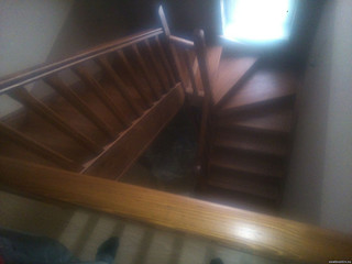 Лестница на тетивах с поворотом на 180 градусов, угловыми ступеняами и площадкой. Материал - сосна,