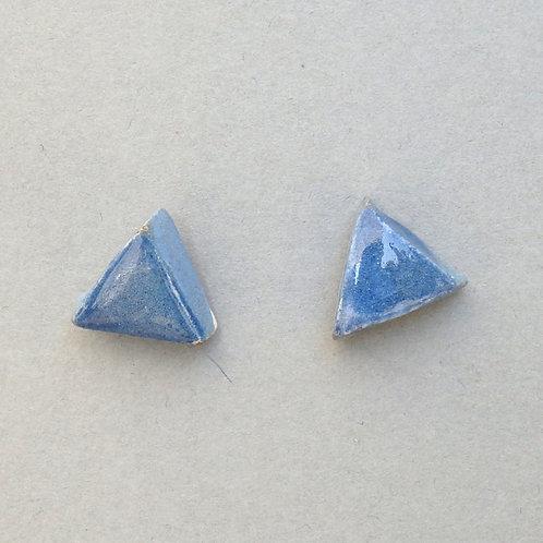 Clous d'oreilles triangle bleu sur argent Céramique Création artisanale