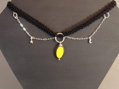 Collier jaune et dentelle noire Pendentif ovale en céramique artisanale