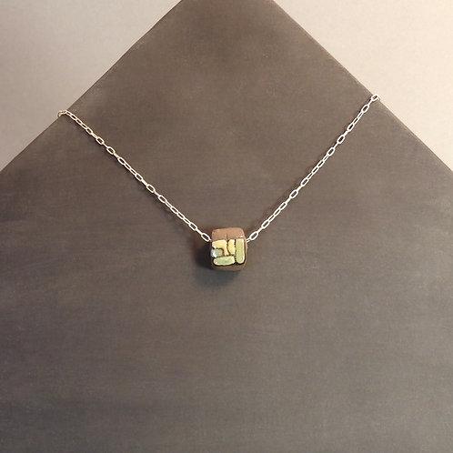 Collier perle verte en céramique sur chaîne en argent