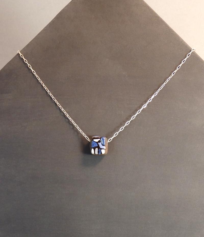 Collier bleu : 28€