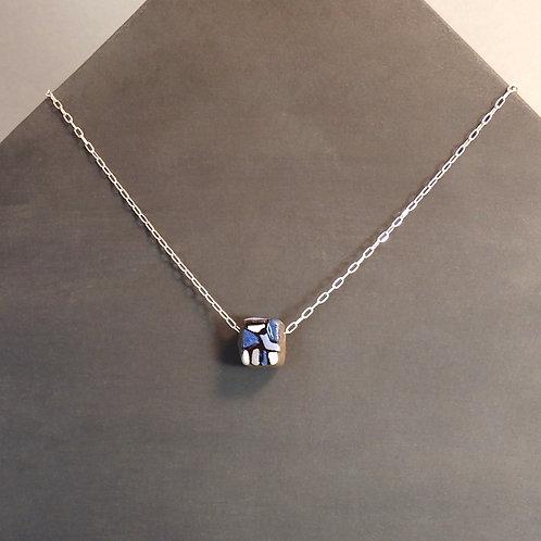 Collier perle bleu en céramique sur chaîne en argent
