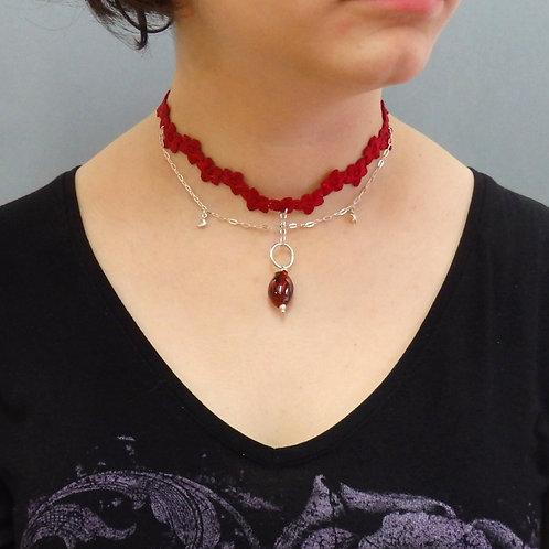 Collier perle et ruban rouges Pendentif larme en céramique artisanale