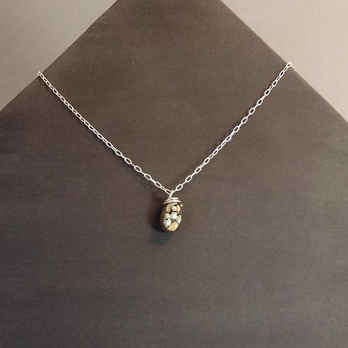 Collier perle verte en céramique avec bélière tige sur chaîne en argent