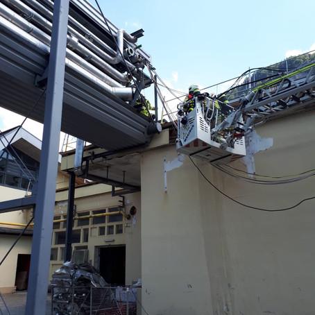 E20 - f3, Hohenems, Schwefelbadstrasse - Brandentwicklung am Dach durch Flexarbeiten > starke Rau